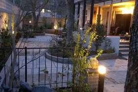 お庭を暖かく照らす照明が幻想的です