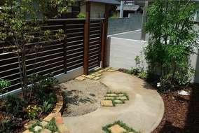 レンガをたくさん使ったお庭になりました