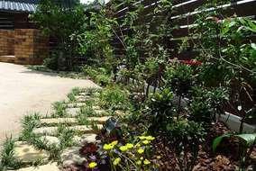 バーベキューコンロを囲み緑の中で家族が集えるお庭になりました
