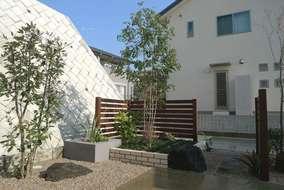 お客様がこだわっておられた和室前のスペース。和庭にモダン素材を組み込みました