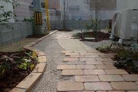 門扉から、古レンガを敷き、まわりを植栽しました