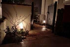 夜には、足元をやさしく照らす照明も設置しました
