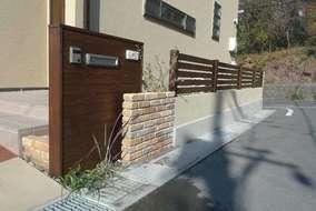 門塀につづくフェンスも板素材で統一感を