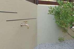 立水栓は壁に取り付けてすっきりさせました