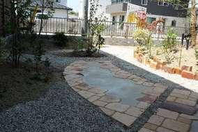 古レンガの土留め。庭のアクセントになりました