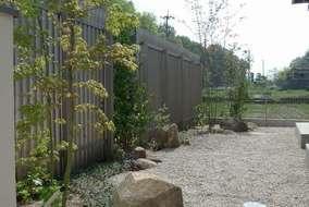 植物がもう少し茂るともっと緑と格子と壁の白色と緑が映えると思います。これからの季節が楽しみなお庭です