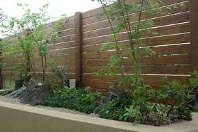 植栽は、イロハモミジ、ナツハゼなど山の落葉樹を中心に、下草を少し常緑樹にするシンプルな仕上げです