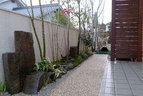 追加で玄関回りの植栽工事をさせて頂きました。 六方石とコケの落ち着いた空間です