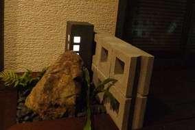 イロハモミジの下以外にも窓側に小さな灯りを