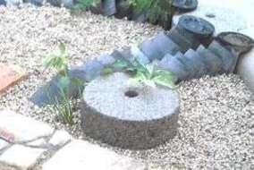メインガーデンのポイントに元からあった瓦を敷きました