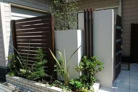 白い壁と板材の組み合わせ