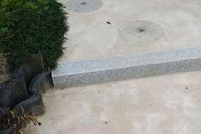 臼の石を階段に埋め込みました