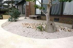 この石も昔は何かの作業に使われていた様です