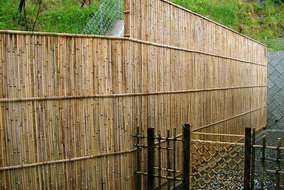 建物裏側の擁壁隠しのオリジナル竹垣