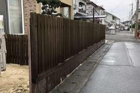 同時に木製の柵も施工させて頂きました。今回は、洗浄機を使い隅々まで汚れを落としました。