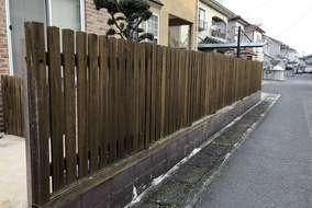 施工前の柵です。 色もはげかけて土台の部分には、苔も付着して来ていました。