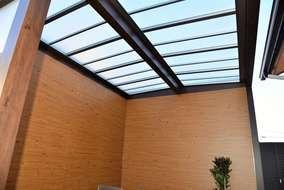 天井は屋根材が付いてあり雨を防ぎます。