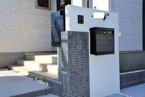 門柱の後ろに宅配ボックスを設置