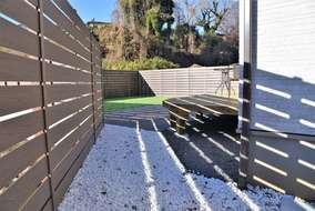 庭はモクプラボードで目隠し 庭も広々してて自由に使えます