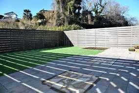 平板敷き(300角&乱形) 後で他の用途にも使えるように半分は人工芝張りにしいます。