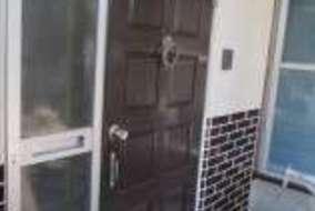 玄関ドアは白から茶に塗り直して全体を統一してます