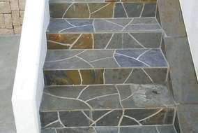 階段アプローチも自然石仕上げで、 高級感がありますね!