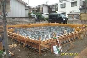 コンクリートを流し込んできれいに整えていきます