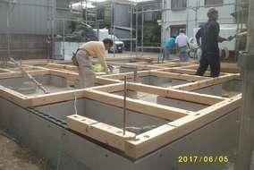 しっかり基礎が固まったら、いよいよ基礎の上に土台が乗ります