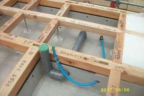 今回は床で強度を平面的に支えるため、ベニヤなどよりもぶ厚い「構造パネル」で施工しています
