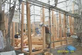 プレカット木材(工場であらかじめ機械によってカットされた木材)での木造在来工法を採用