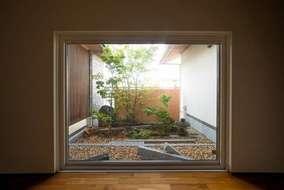 和室から望む坪庭は、外からの目隠しも兼ねています。