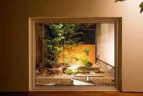 夜はスポットライトを当て、窓枠が額縁の中の様な幻想的な空間となります