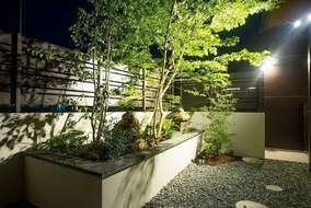 お風呂場から望む2つ目の坪庭です。ライティングの種類や角度でシンボルツリーのモミジを照らしました