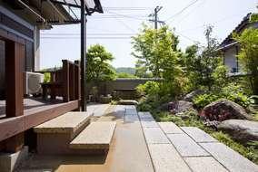 木製デッキの階段は昇降しやすい広いものに変更
