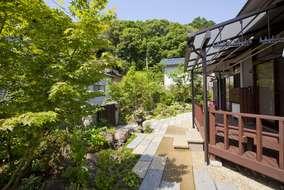 既存の木製テラスからお庭の出入りも楽になりました。