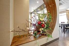 食堂前の造花装飾です。 和モダンのテイストに合う様に、造花の装飾と造作壁によって装飾しました。