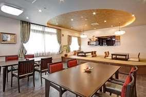 2階の食堂です。 入居者の皆様がくつろげる様、こあがりの畳コーナーを設けています。