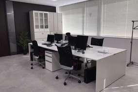 工事部エリアです。 フリーアドレスデスクを採用し、人数の多様化に対応します。