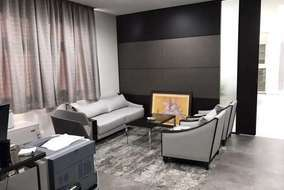 社長室は応接のエリアの床のみタイルカーペット、床で空間分けをしました。