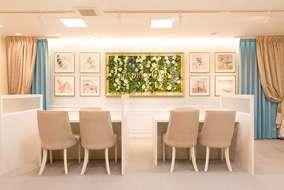 カウンター前の、メインのサインです。 壁面緑化の様に、壁面フレームに造花を敷き詰めました。