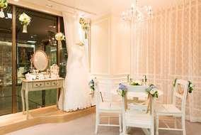 お客様テーブルです。 チェアに取り付けた造花の装飾も弊社の手作りです。