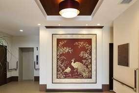 正面玄関入ってすぐのホールです。 正面壁に、弊社デザイナー手書きの絵画が印象的です。