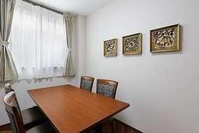 相談室です。 壁面に飾ってある装飾品はタイからの輸入品です。 日本ではなかなかない彫刻美術品です。