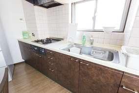 キッチンです。キャビネット部分をシート貼りし、空間に合う様にしています。