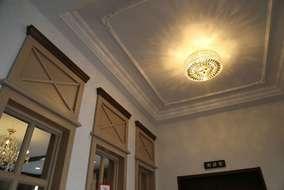 ホールの折り上げ天井です。 装飾のモールディングをあしらい、上品なイメージを与えます。
