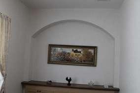 相談室の飾り棚です。 下のキャビネットに収納が出来、装飾と収納の二面性を持ち合わせています。
