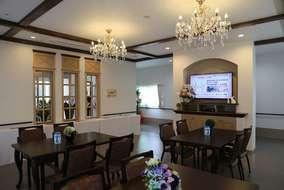 1F食堂です。 テレビを付ける壁の装飾と、天井の飾り梁が綺麗です。