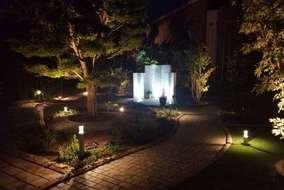 飾り壁の夜の写真になります。 足元のライトアップにより明るく際立っております。
