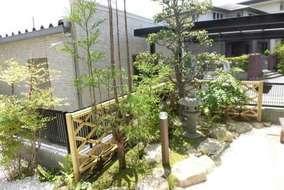 和室前の和庭です。台杉・梅を植栽し足元にツヤゴケを張りました。奥の灯篭は日本産出雲石を使っております