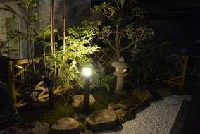 和庭の夜の写真になります。手前のはタカショーのライトを設置しました。灯篭の火袋にもライトを入れました